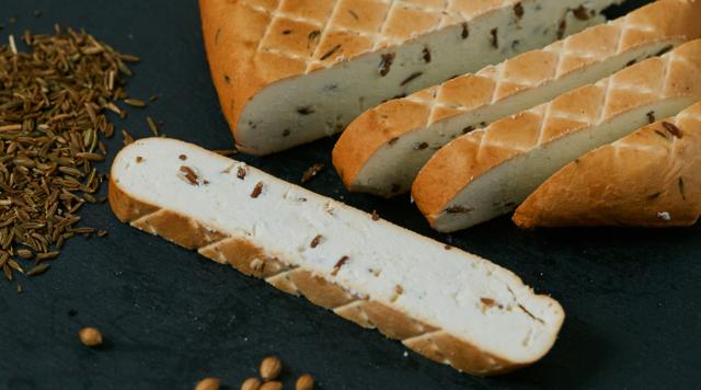 Творожный сыр копченый с тмином